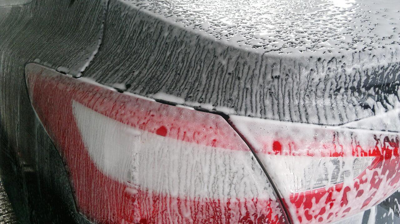 Aktywna piana - wstępne mycie auta 5 Tylna część auta spryskana aktywną pianą z tzw. konsystencją mleka.