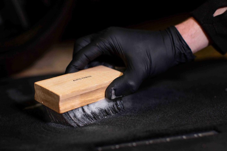 Drewniana szczotka do czyszczenia tapicerki w aucie.