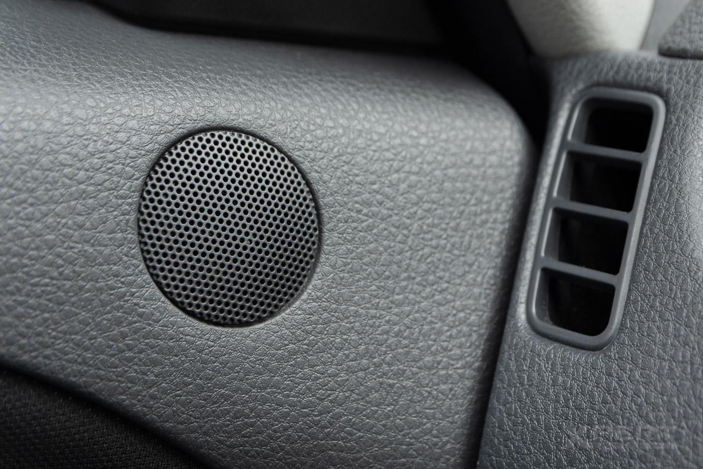Kratka głośnika w drzwiach samochodu.