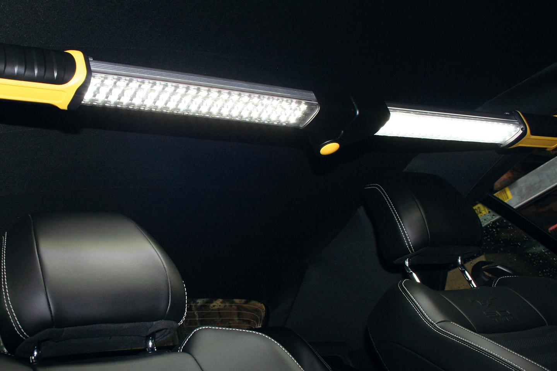 "Lampa LED ""The Claw"" o mocy 330 lumenów."