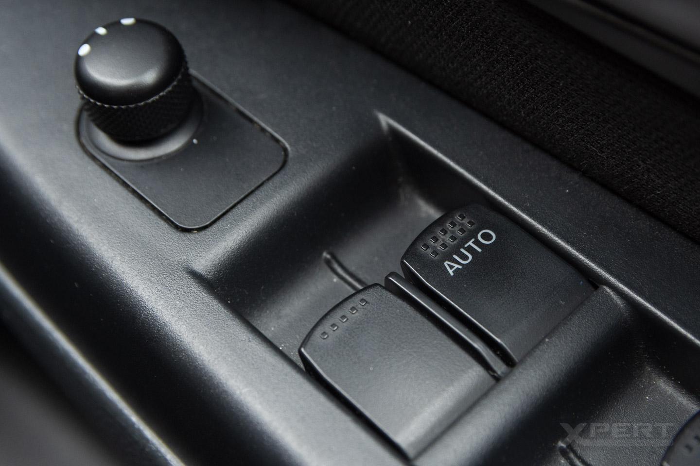 Panel sterowania szybami w drzwiach auta.